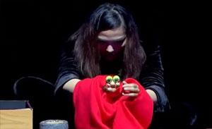 这位姑娘用一双手就能演活一个人物,手指木偶剧上演不一样的喜剧